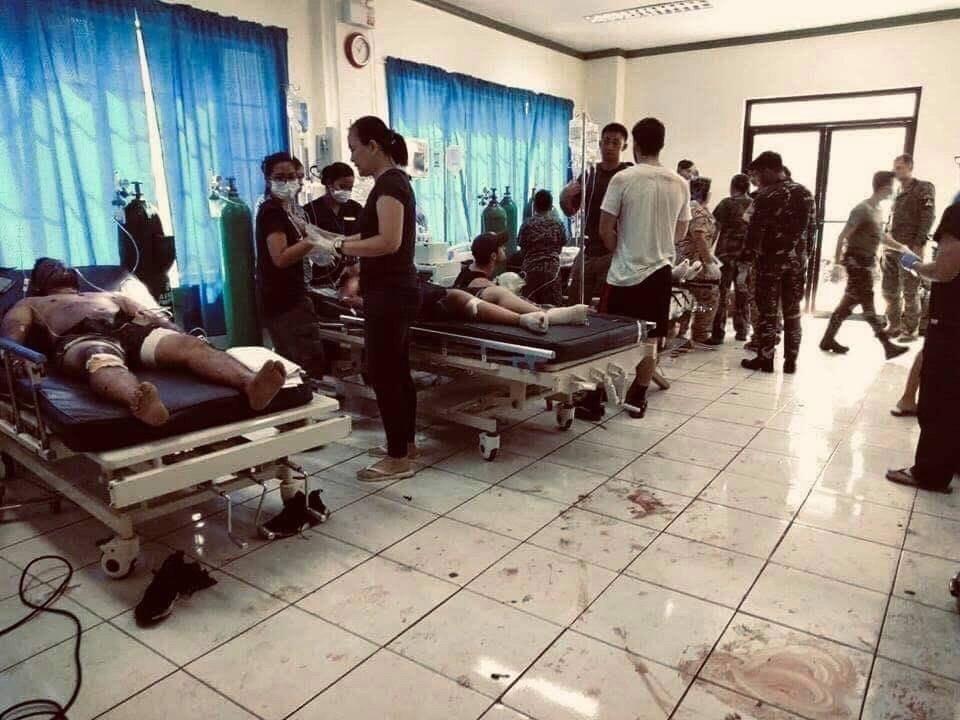 Sebesülteket ápolnak egy kórházban a Fülöp-szigeteki Sulu tartomány fővárosában, Jolóban 2019. január 27-én, miután pokolgép robban a helyi katolikus templomban. Az első robbanószerkezet a mise alatt, a második a mentés megkezdését követően a templom parkolójában robbant fel. A merényleteknek legkevesebb 27 halálos áldozata és 77 sebesültje van. MTI/EPA/Westmincom