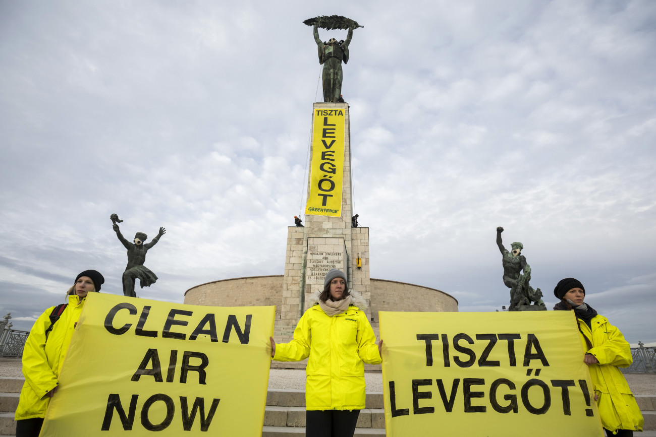 """Budapest, 2019. február 26. A fővárosi légszennyezettség ellen demonstrálnak a Greenpeace környezetvédelmi szervezet aktivistái a Gellért-hegyi Szabadság-szobornál 2019. február 26-án. Az aktivisták """"Tiszta levegőt!"""" feliratot függesztettek ki a talapzatra, valamint légszűrő maszkot helyeztek a szoborcsoport fő- és mellékalakjaira. MTI/Mohai Balázs"""