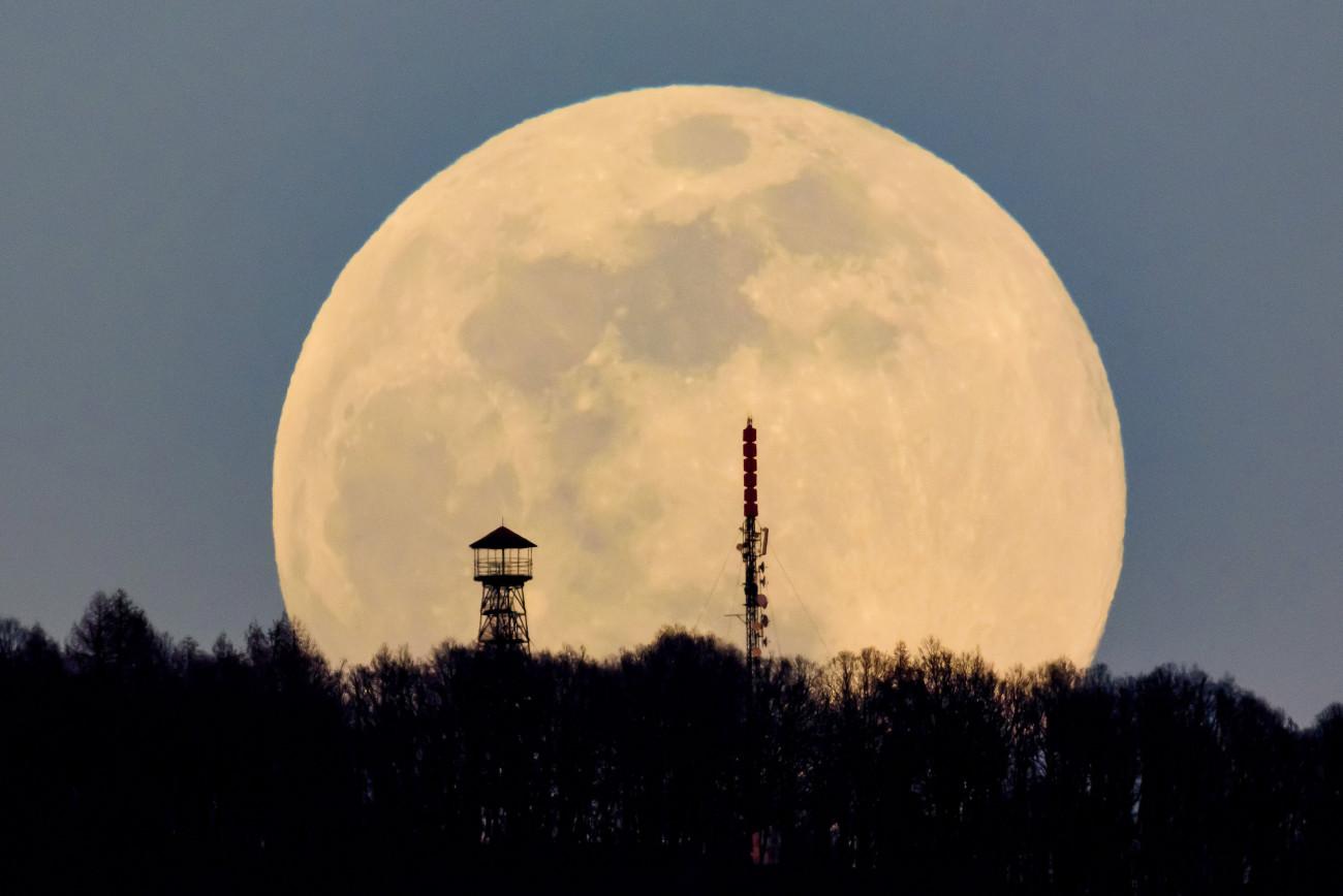 Karancskeszi, 2019. március 20. A felkelő Hold látszik a Karancs csúcsán lévő kilátó és az Antenna Hungária adótornya mögött Karancskeszi közeléből fotózva 2019. március 20-án. MTI/Komka Péter