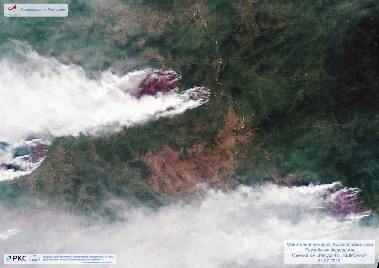 Krasznojarszk, 2019. július 31. A Roszkozmosz orosz űrügynökség által 2019. július 31-én közreadott műholdfelvétel a Krasznojarszki területen pusztító erdőtűz füstjéről július 21-én. Vlagyimir Putyin orosz elnök elrendelte a hadsereg bevezetését a Szibériában és a Távol-Keleten pusztító erdőtüzek ellen. Oroszországban mintegy 3 millió hektáron ég a növényzet, 147 erdőtűz ellen folyik a küzdelem. MTI/AP/Roszkozmosz orosz űrügynökség