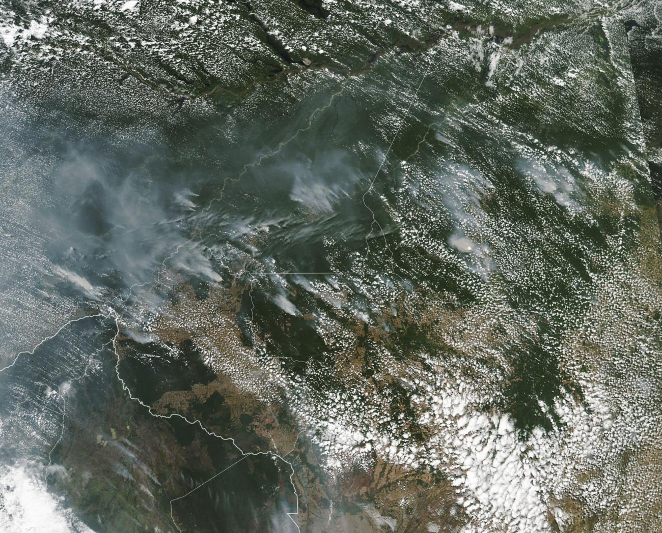 Brazília, 2019. augusztus 21. Az amerikai Országos Repülésügyi és Űrkutatási Hivatal, a NASA által 2019. augusztus 21-én közreadott kép erdőtüzek füstjéről az Amazonas területén augusztus 13-án. Brazília űrkutatási hivatala, az INPE adatai szerint idén 84 százalékkal több az erdőtűz, mint az előző év hasonló időszakában: januártól augusztusig 72 ezer tüzet észleltek, és egyedül augusztus 15. óta 9500 helyen csaptak fel a lángok az Amazonasnál. MTI/AP/NASA