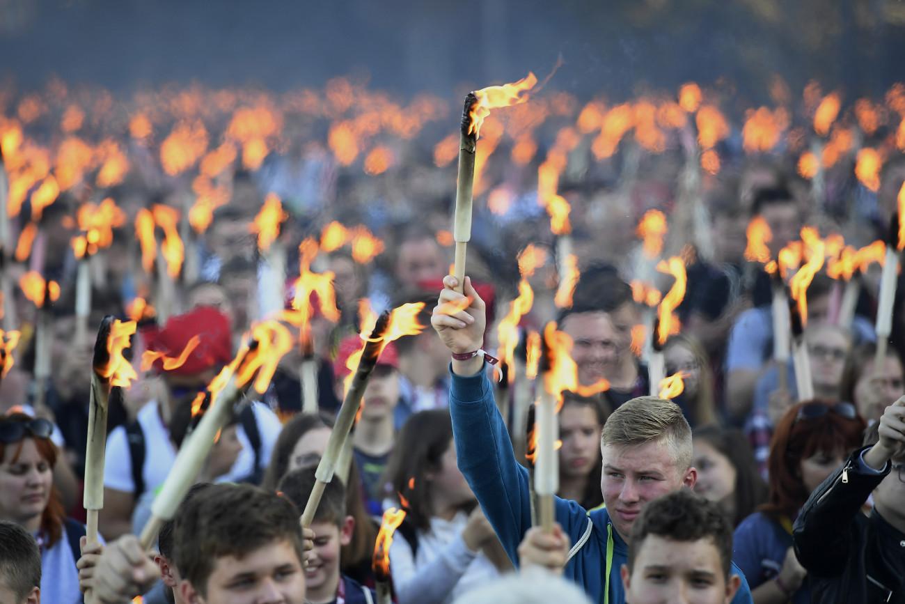 Budapest, 2019. október 22. Az 1956-os forradalom és szabadságharc emléknapja alkalmából tartott ünnepi fáklyás felvonulás résztvevői a fővárosi Műegyetem rakparton 2019. október 22-én. MTI/Kovács Tamás