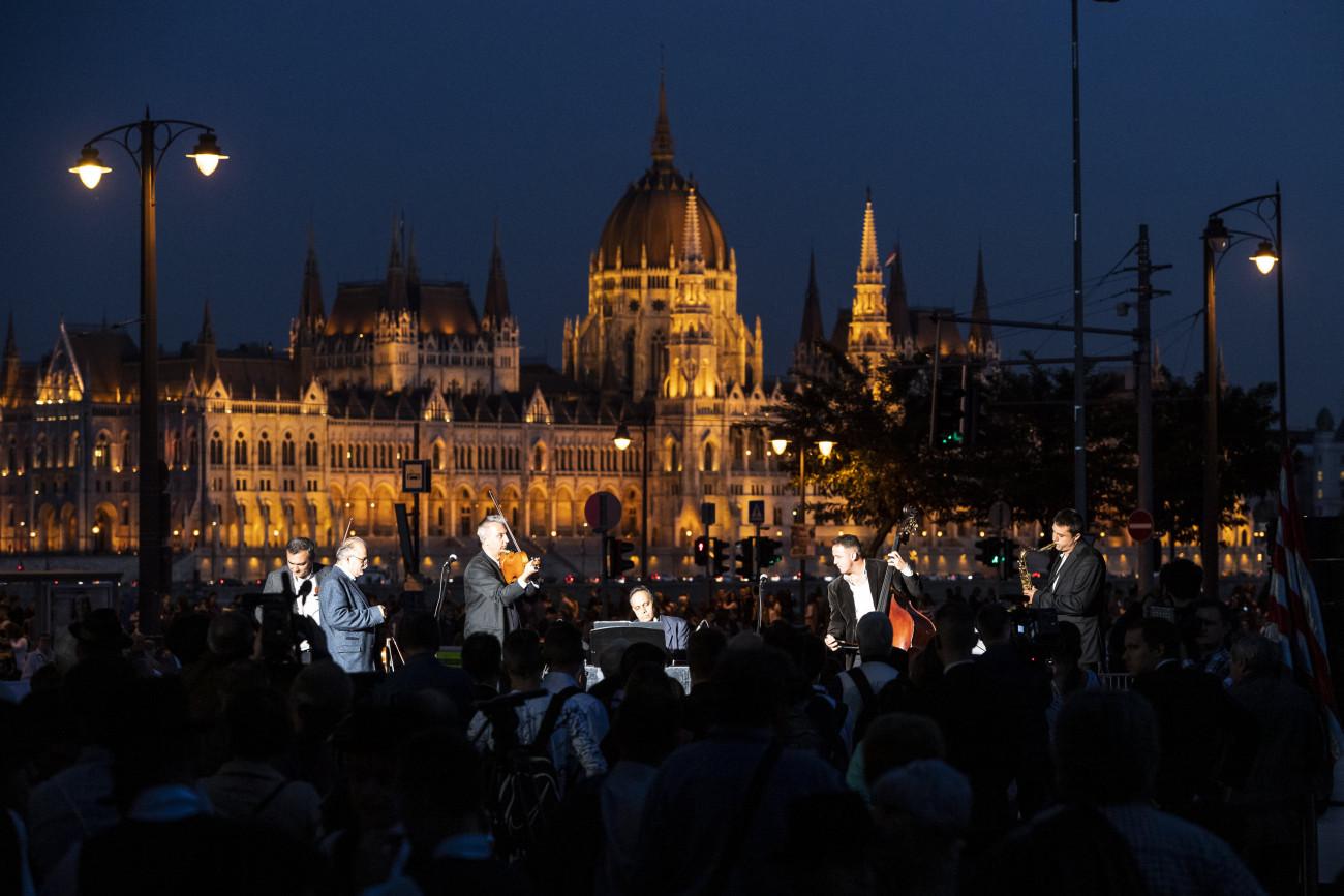 Budapest, 2019. október 22. Csík János (b2) és az Esszencia zenekar koncertje az 1956-os forradalom és szabadságharc emléknapja alkalmából tartott megemlékezésen a fővárosi Bem téren 2019. október 22-én. A háttérben az Országház épülete. MTI/Mónus Márton