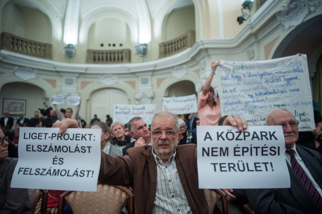 Budapest, 2019. november 5. Aktivisták tiltakoznak a Liget Budapest Projekt folytatása ellen az új összetételű Fővárosi Közgyűlés alakuló ülésén a Városháza dísztermében 2019. november 5-én. MTI/Balogh Zoltán