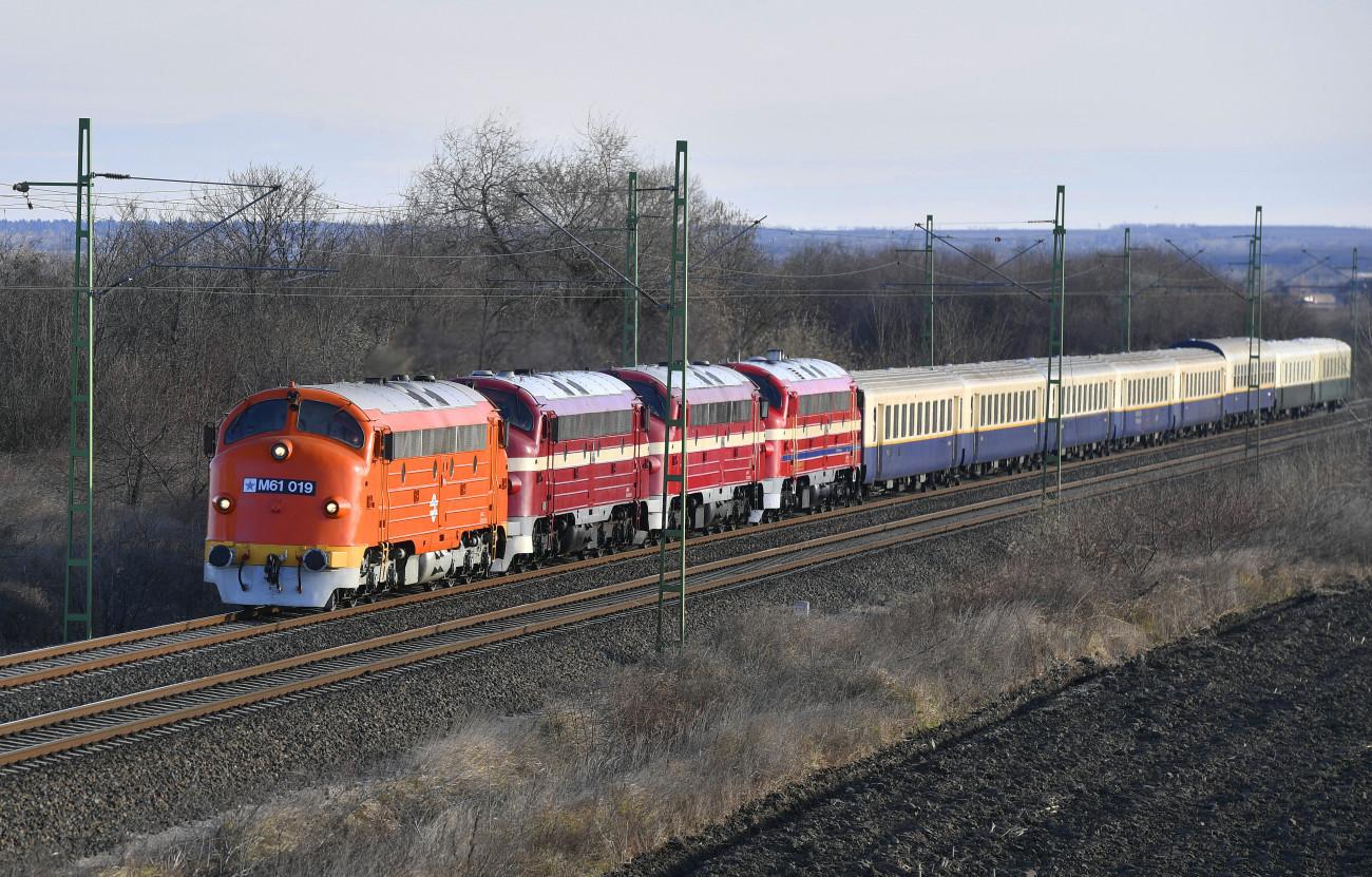 Székesfehérvár, 2019. december 28. Nohab, azaz M61-es sorozatú dízelmozdonyok által vontatott különvonat halad Székesfehérvárnál a MÁV Nosztalgia Kft által szervezett, Fogathajtás: Csata elnevezésű rendezvényen 2019. december 28-án. Ezen a napon két élményvonatos utazást szerveztek a fővárosból Tapolcára; az egyik szerelvény a Balaton északi, a másik a déli partján haladva érkezett meg a célállomásra. MTI/Máthé Zoltán