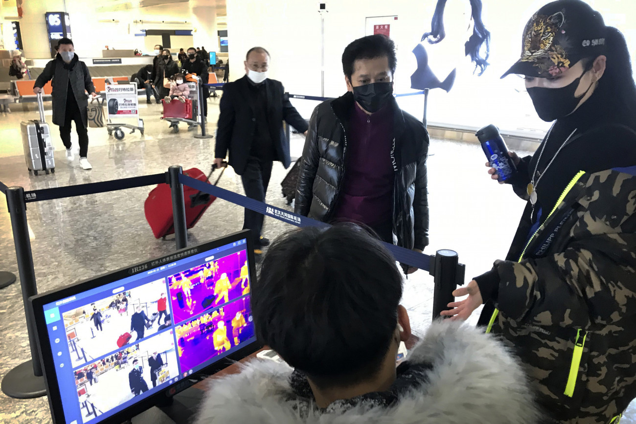 Vuhan, 2020. január 21. Hőkamerával mérik az érkező utasok testhőmérsékletét a vuhani nemzetközi repülőtéren 2020. január 21-én. A Pekingben és a dél-kínai Sencsenben is felbukkant új, tüdőgyulladást okozó vírus kiindulópontjának számító közép-kínai Vuhanban jelentősen megugrott a fertőzöttek száma, a vírusfertőzés eddig legkevesebb négy ember halálát okozta. MTI/AP/Emily Wang