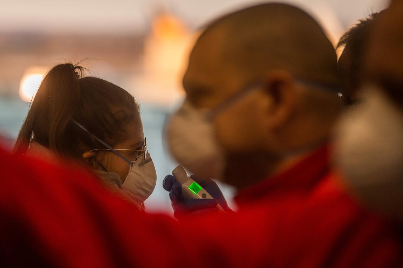 Budapest Airport és a hatóságok által életbe léptetett hőkamerás és hőmérős ellenőrzés bemutatója a Liszt Ferenc-repülőtéren 2020. február 5-én. A repülőtéren eddig csaknem 900 olyan utas szűrését végezték el a koronavírus-járvány miatt, akik közvetlen járattal érkeztek Kínából Budapestre. MTI/Balogh Zoltán