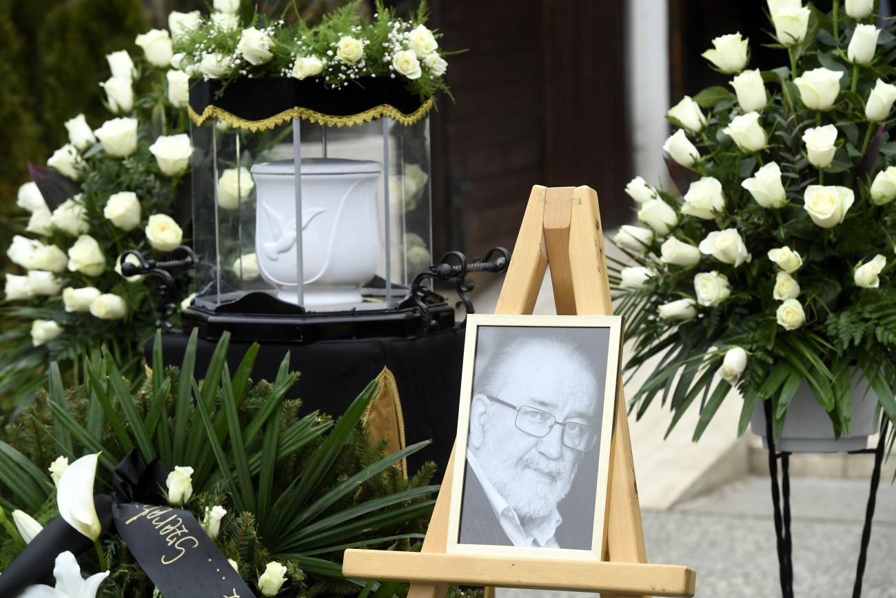 Andorai Péter portréja és urnája a Kossuth-díjas színész temetésén Budapesten, a Farkasréti temetőben 2020. február 19-én. A művész életének 72. évében február 1-jén hunyt el.