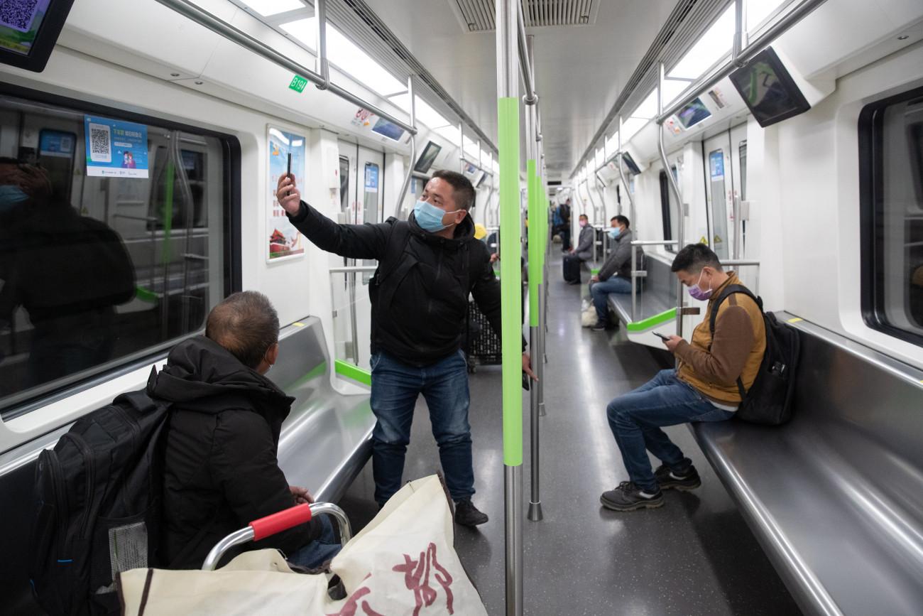 Vuhan, 2020. március 28. Utasok egy metrószerelvényen Vuhanban 2020. március 28-án. A hatóságok részlegesen újraindították a tömegközlekedést a koronavírus-járvány eredeti gócpontjának számító kínai nagyvárosban. MTI/EPA/Costfoto/YFC