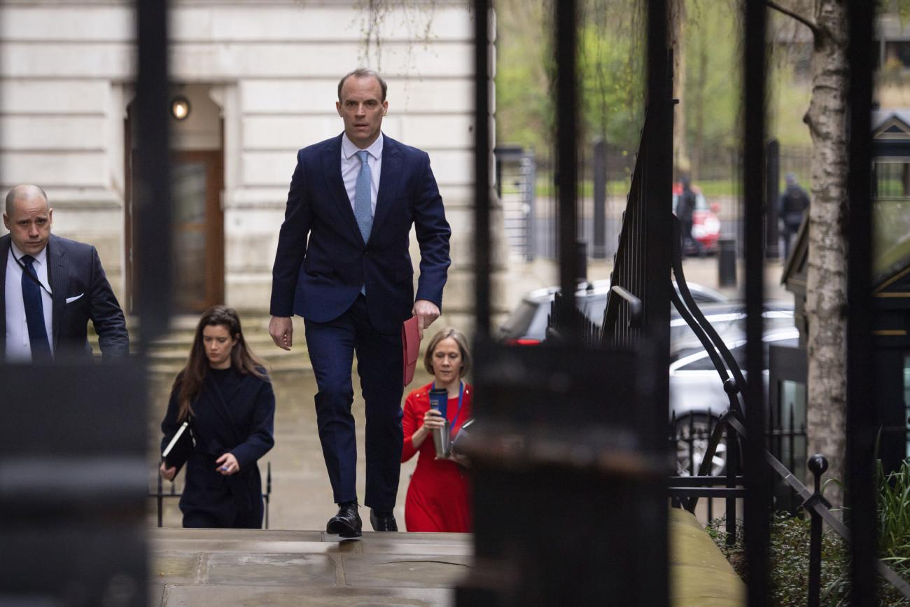 London, 2020. április 6. Dominic Raab brit külügyminiszter a londoni kormányfői rezidenciára, a Downing Streetbe érkezik 2020. április 6-án, miután az előző este kivizsgálásra kórházba szállították az új koronavírussal megfertőződött Boris Johnson miniszterelnököt. Távollétében Raab vezeti a koronavírus-járvány elleni védekezéssel kapcsolatos kormányülést. MTI/AP/PA/Dominic Lipinski