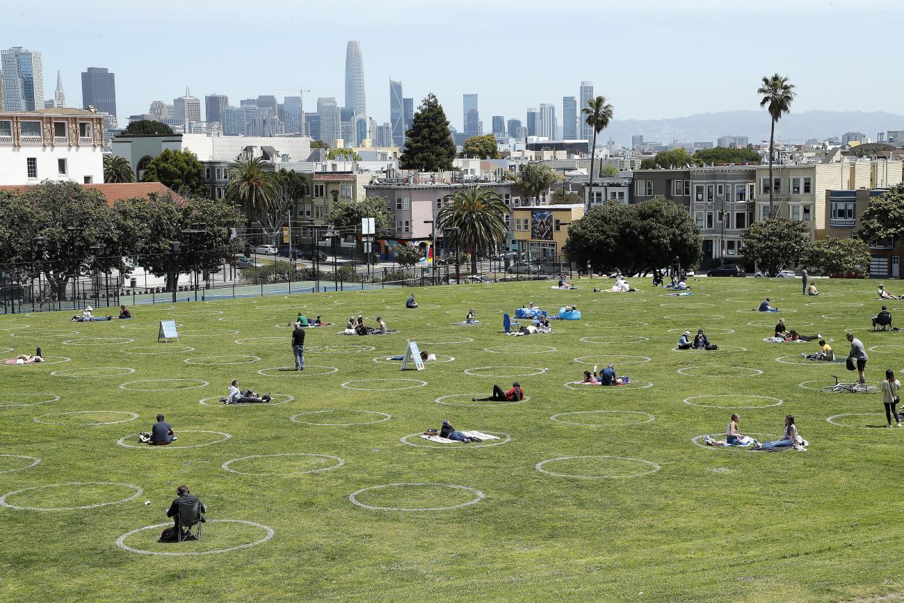 Látogatók a biztonságos távolságtartást jelző körökön belül a San Franciscó-i Dolores Parkban 2020. május 22-én, a koronavírus-járvány idején. Fotó: MTI/EPA/John G. Mabanglo