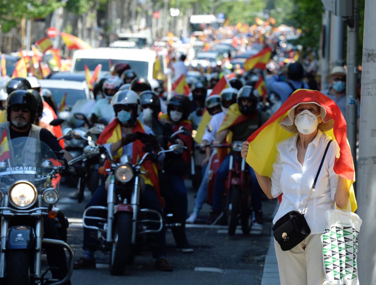 A koronavírus-járvány miatt hozott kormányzati intézkedések elleni autós tüntetés résztvevői Barcelonában 2020. május 23-án. MTI/EPA/EFE/Alejandro Garcia