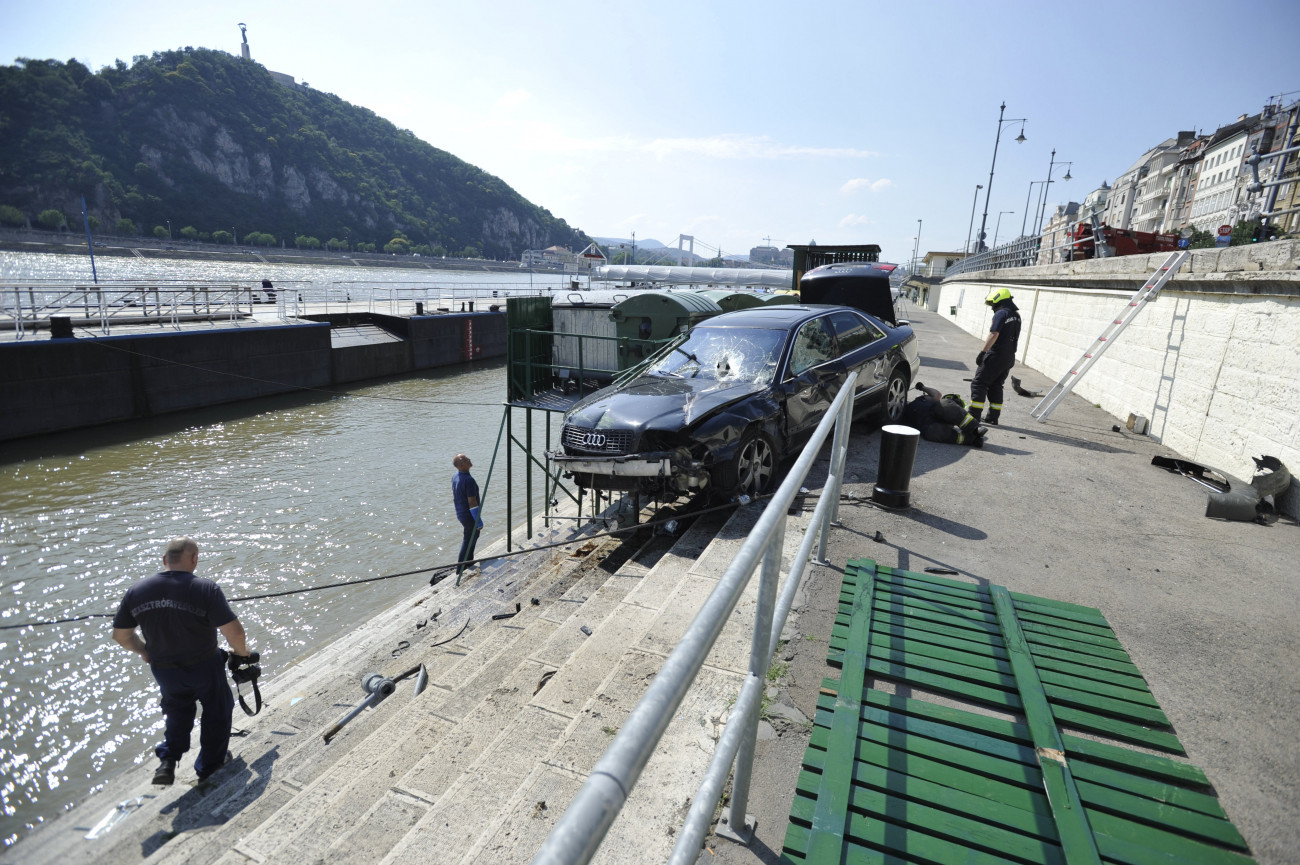 Budapest, 2020. június 26. Tűzoltók dolgoznak a pesti alsó rakpart lépcsőjénél, ahová egy személygépkocsi zuhant a főváros V. kerületében, az Erzsébet és Szabadság híd között 2020. június 26-án. A balesetben az autó sofőrje megsérült, a mentők kórházba vitték. MTI/Mihádák Zoltán