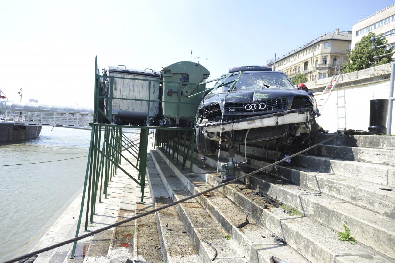 Budapest, 2020. június 26. Összeroncsolódott személyautó a pesti alsó rakpart lépcsőjén, ahová a gépjármű zuhant a főváros V. kerületében, az Erzsébet és Szabadság híd között 2020. június 26-án. A balesetben az autó sofőrje megsérült, a mentők kórházba vitték. MTI/Mihádák Zoltán