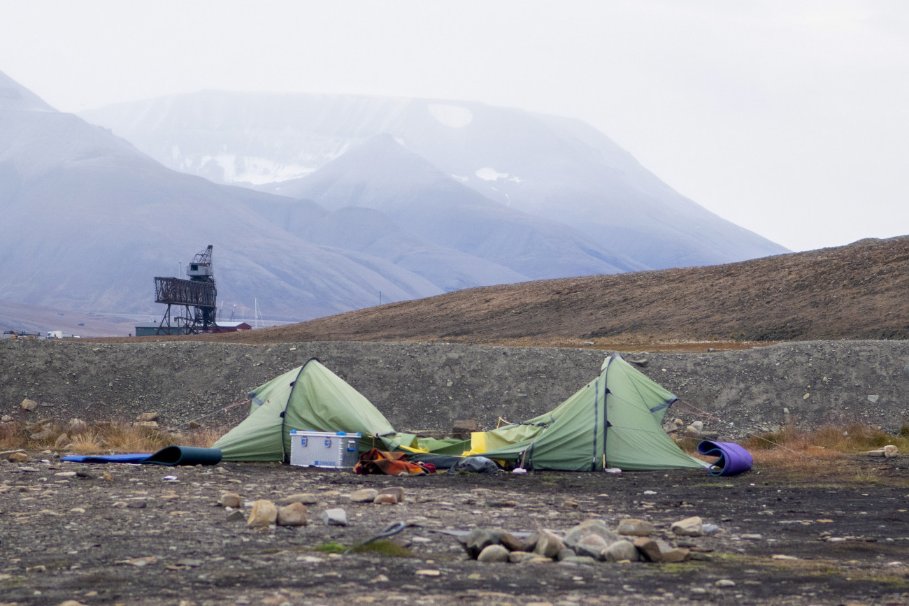 Longyearbyen, 2020. augusztus 28. Az áldozat, a holland Johan Jacobus Kootte sátra a Norvégiához tartozó jeges-tengeri Svalbard-szigetek (Spitzbergákon) székhelyén, Longyearbyen közelében 2020. augusztus 28-án. A 38 éves kempingező jegesmedve-támadás áldozata lett a hajnali órákban, a ragadozót a többi kempingező lelőtte. Ez a hatodik halálos jegesmedve-támadás a sarkkörön túli szigetcsoporton 1971 óta. MTI/EPA/NTB Scanpix/Line Nagell Ylvisaker