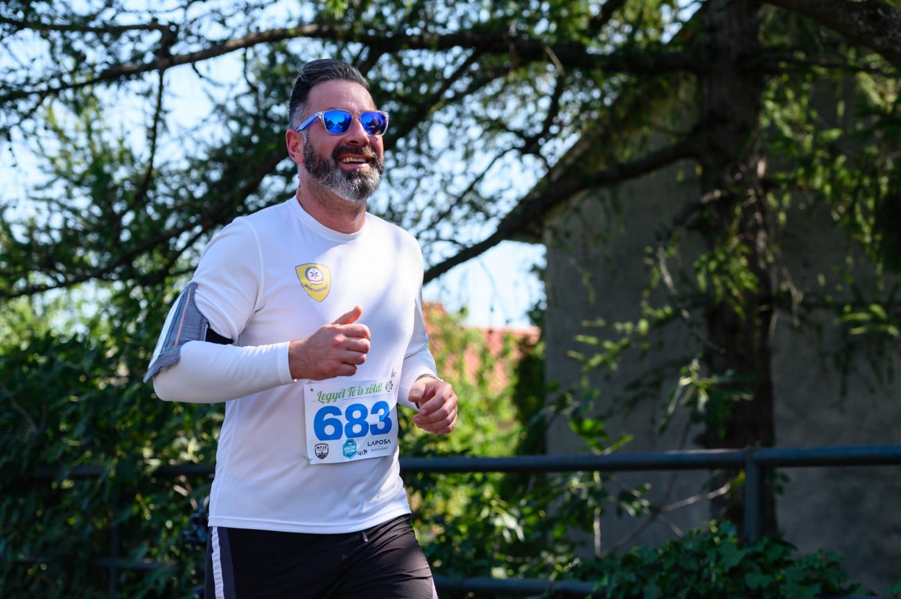 Badacsonytomaj, 2020. augusztus 29. Csató Gábor, az Országos Mentőszolgálat (OMSZ) főigazgatója fut a Dűlőre Futunk elnevezésű, Badacsony körüli jótékonysági futóversenyen Badacsonytomajon 2020. augusztus 29-én. Ötödik alkalommal tartják meg a versenyt, melynek bevételével az Országos Mentőszolgálat tapolcai mentőállomását támogatják. A 12 kilométeres távot egyéniben és váltóban is teljesíthetik a futók, akiknek számát a koronavírus-járvány miatt 500 indulóban maximálták. MTI/Vasvári Tamás