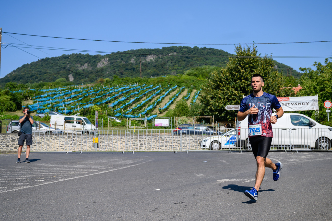 Badacsonytomaj, 2020. augusztus 29. Résztvevő a Dűlőre Futunk elnevezésű, Badacsony körüli jótékonysági futóversenyen Badacsonytomajon 2020. augusztus 29-én. Ötödik alkalommal tartják meg a versenyt, melynek bevételével az Országos Mentőszolgálat tapolcai mentőállomását támogatják. A 12 kilométeres távot egyéniben és váltóban is teljesíthetik a futók, akiknek számát a koronavírus-járvány miatt 500 indulóban maximálták. MTI/Vasvári Tamás
