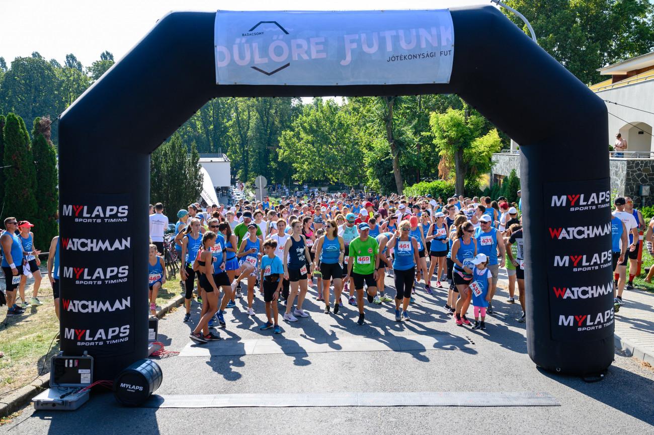 Badacsonytomaj, 2020. augusztus 29. Résztvevők a Dűlőre Futunk elnevezésű, Badacsony körüli jótékonysági futóverseny rajtja előtt Badacsonytomajon 2020. augusztus 29-én. Ötödik alkalommal tartják meg a versenyt, melynek bevételével az Országos Mentőszolgálat tapolcai mentőállomását támogatják. A 12 kilométeres távot egyéniben és váltóban is teljesíthetik a futók, akiknek számát a koronavírus-járvány miatt 500 indulóban maximálták. MTI/Vasvári Tamás