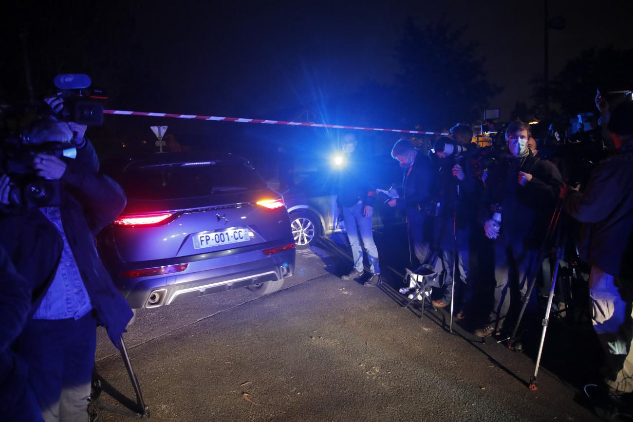 Conflans-Saint-Honorine, 2020. október 16. Rendőrautó érkezik a helyszínre 2020. október 16-án, miután lefejeztek egy történelemtanárt Párizs északnyugati elővárosa, Conflans-Saint-Honorine egyik utcáján. A tettest a rendőrök agyonlőtték. A rendvédelmi szervek egyik forrása úgy tudja, hogy a tanár Mohamed-karikatúrákat mutatott az iskolai tanórán. A helyi sajtó szerint ezért később fenyegetéseket is kapott. MTI/AP/Michel Euler