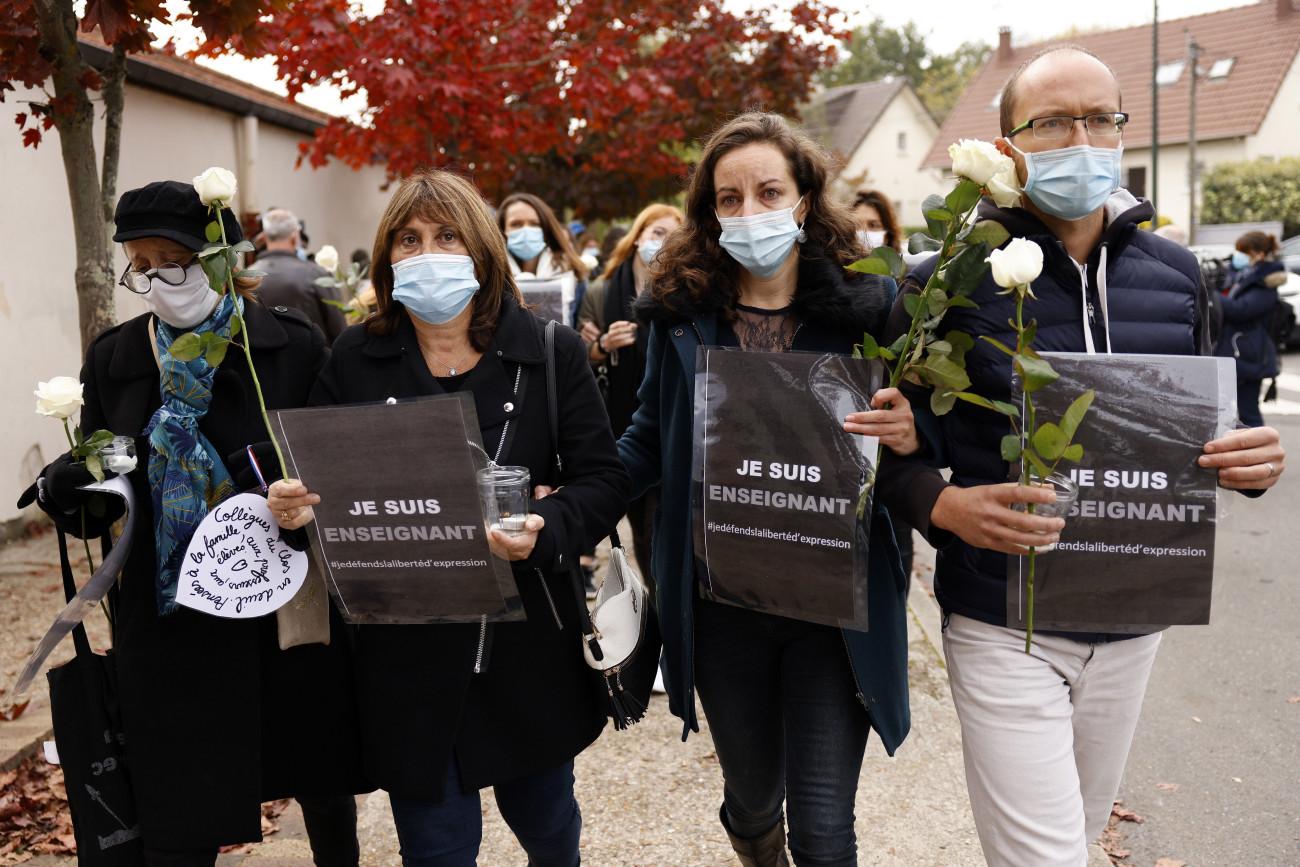 Conflans Sainte-Honorine, 2020. október 17. A Bois d'Aulne középiskolához érkeznek tanárok, hogy leróják kegyeletüket 2020. október 17-én, miután az előző nap egy 17 éves csecsen fiú késsel megölte, majd lefejezte az iskola történelemtanárát Párizs északnyugati elővárosa, Conflans-Saint-Honorine egyik utcáján. A tettest a rendőrök agyonlőtték. Korábban a tanár az óráján megmutatta diákjainak a Mohamed prófétáról készült karikatúrákat, amikor a szólásszabadságról beszélt. MTI/EPA/Yoan Valat