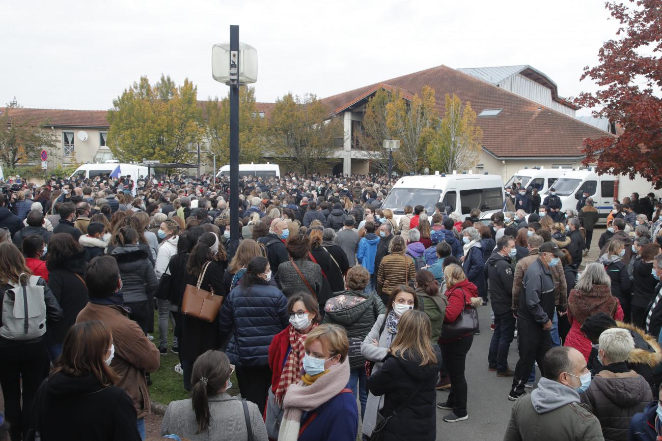 Conflans-Sainte-Honorine, 2020. október 17. A Bois d'Aulne középiskolánál gyülekeznek az emberek 2020. október 17-én, miután az előző nap egy 17 éves csecsen fiú késsel megölte, majd lefejezte az iskola történelemtanárát Párizs északnyugati elővárosa, Conflans-Saint-Honorine egyik utcáján. A tettest a rendőrök agyonlőtték. Korábban a tanár az óráján megmutatta diákjainak a Mohamed prófétáról készült karikatúrákat, amikor a szólásszabadságról beszélt. MTI/AP/Michel Euler