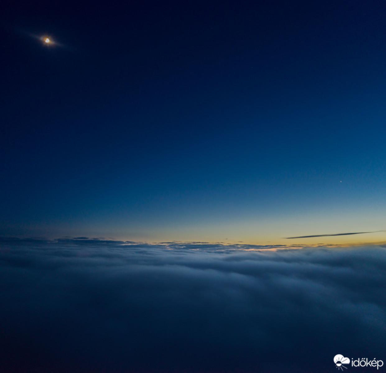 Novák Gábor drónt reptetett Dobogókőről – az eszköz 400 méternyi ködön átrepülve, körülbelül 1150 méter tengerszintfeletti magasságból többek között ezt a képet készítette