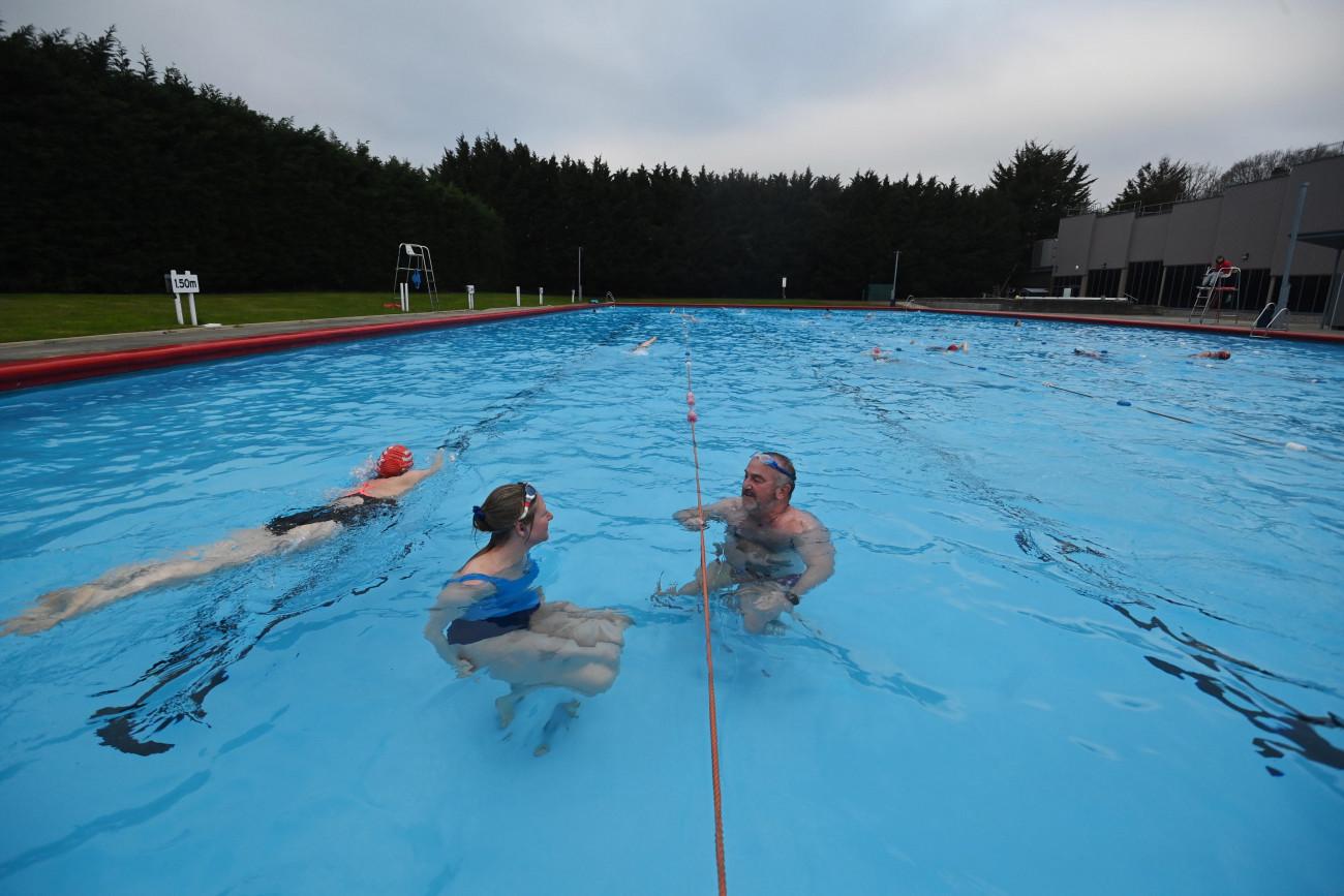 London, 2021. március 29. Medencében fürdenek emberek egy nyugat-londoni strandon 2021. március 29-én. Nagy-Britanniában feloldották a koronavírus-járvány megfékezésére csaknem három hónapja elrendelt kijárási korlátozásokat, újranyithattak a szabadtéri sportlétesítmények, és a közparkokban ismét lehet tartani összejöveteleket a létszámkorlátozás betartásával. MTI/EPA/Neil Hall
