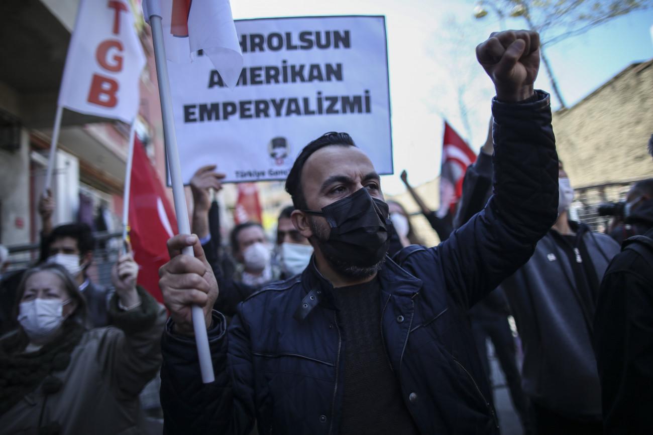 Isztambul, 2021. április 26. Egy török ifjúsági szervezet felhívására tüntetnek Joe Biden amerikai elnök nyilatkozata miatt az Egyesült Államok isztambuli konzulátusa előtt 2021. április 26-án. Két nappal korábban Biden hivatalosan népirtásnak ismerte el az egykori Oszmán Birodalomban 1915-16-ban elkövetett örményellenes mészárlásokat. MTI/AP/Emrah Gürel
