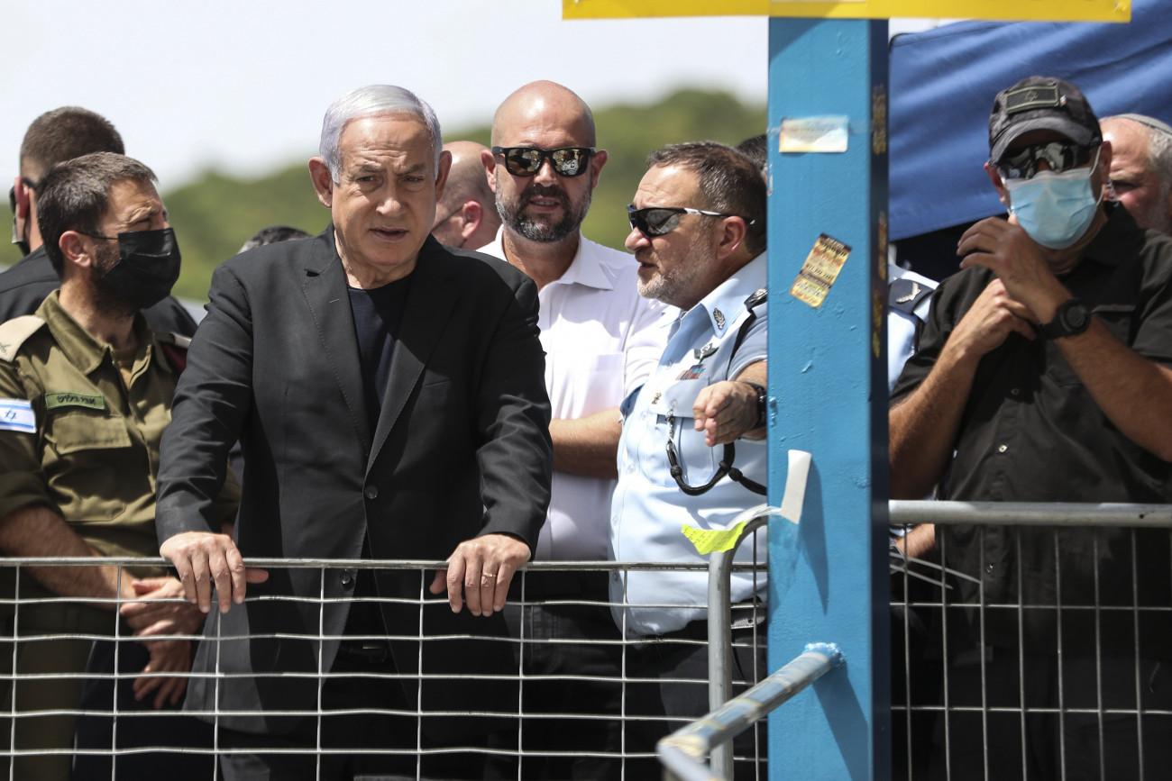 Merón-hegy, 2021. április 30. Benjámin Netanjahu izraeli miniszterelnök az izraeli Merón-hegyen 2021. április 30-án, ahol a tömeg előző nap a lág báómer zsidó ünnepségen kialakult tolongásban legalább 45 embert agyontaposott. A sérültek száma elérte a 150-et. Az ünneppel a Kr. u. 2. században élt Simon bár Joháj rabbi halálának évfordulójáról emlékeznek meg, aki halála előtt ezen a napon felfedte a zsidó miszticizmus, a kabbala titkait. MTI/AP/Pool/Ronen Zvulun