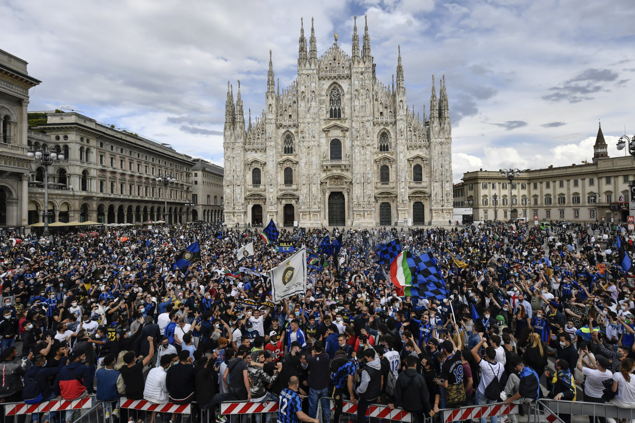 Milánó, 2021. május 2. Az Internazionale szurkolói ünnepelnek a milánói Dóm téren 2021. május 2-án, miután csapatuk több mint egy évtized után ismét megnyerte az olasz első osztályú labdarúgó-bajnokságot. MTI/AP/LaPresse/Claudio Furlan