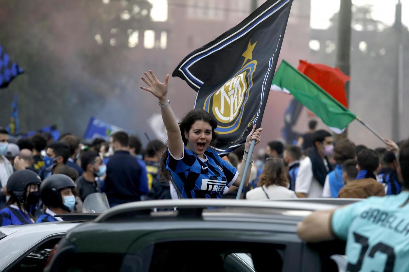 Milánó, 2021. május 2. Az Internazionale szurkolói ünnepelnek a milánói Dóm téren 2021. május 2-án, miután csapatuk több mint egy évtized után ismét megnyerte az olasz első osztályú labdarúgó-bajnokságot. MTI/EPA/ANSA/Mourad Balti Touati