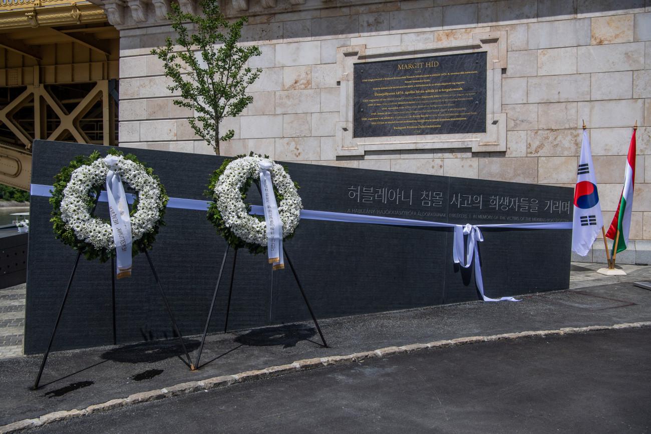 Budapest, 2021. május 31. A Hableány-emlékmű Budapesten a Margit híd pesti hídfőjénél a felavatás napján 2021. május 31-én. A Hableány sétahajó tragédiájának második évfordulóján avatták fel a baleset áldozatainak emlékművét a szerencsétlenség helyszínén. A Hableány sétahajó 2019. május 29-én süllyedt el Budapesten, a Margit híd közelében, miután összeütközött a Viking Sigyn szállodahajóval. A Hableányon 35-en utaztak, 33 dél-koreai turista és a kéttagú magyar személyzet. Hét turistát sikerült kimenteni, 27 áldozat holttestét megtalálták, egy dél-koreai utast továbbra is eltűntként tartanak nyilván. MTI/Balogh Zoltán