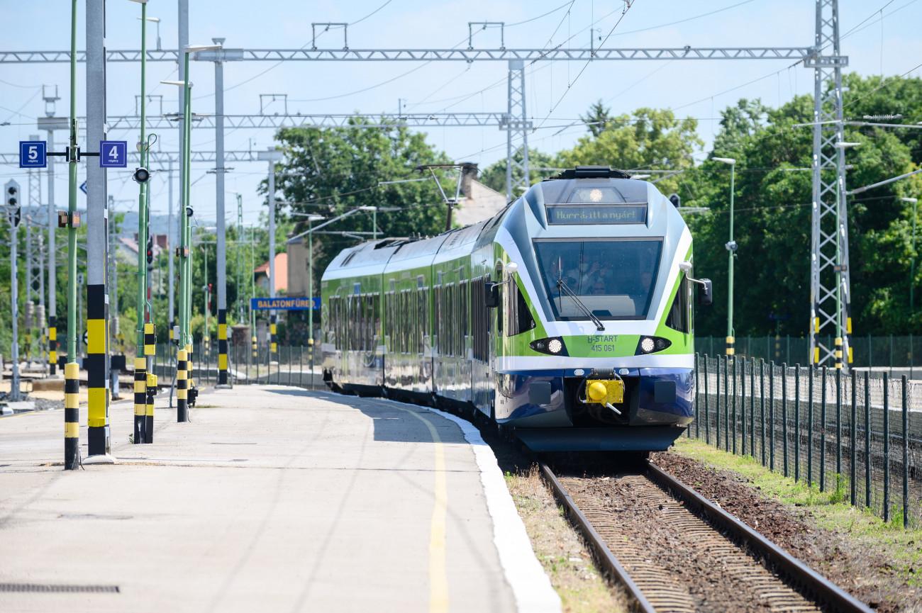Balatonfüred, 2021. június 18. Flirt típusú villamos motorvonat a balatonfüredi vasútállomáson az észak-balatoni vasútvonal mintegy 24 milliárd forintból villamosított, Szabadbattyán és Balatonfüred közti szakasza avatásának napján, 2021. június 18-án. MTI/Vasvári Tamás