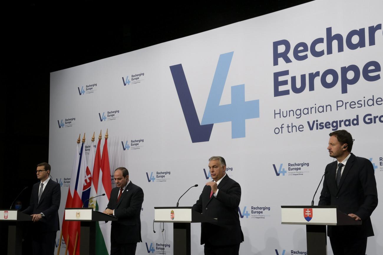 Budapest, 2021. október 12. Orbán Viktor miniszterelnök beszél (j2), mellette Mateusz Morawiecki lengyel (b) és Eduard Heger szlovák (j) kormányfő, valamint Abdel-Fattáh esz-Szíszi egyiptomi elnök (b2) a V4-Egyiptom csúcstalálkozó utáni sajtónyilatkozaton, a Várkert Bazárban 2021. október 12-én. MTI/Koszticsák Szilárd