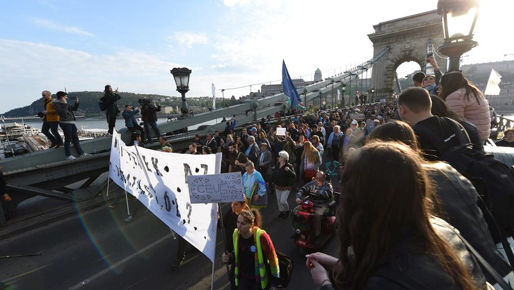 Tüntetés: A Várkertbazártól A Parlamentig
