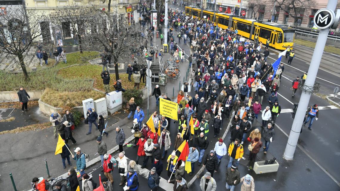 """""""Az országos érdekegyeztetésben és a magyarországi munkavállalók egészét  képviselve konföderációk jelennek meg. Az ágazati gyűjtőszakszervezetek egy  adott ... e233c8feac"""