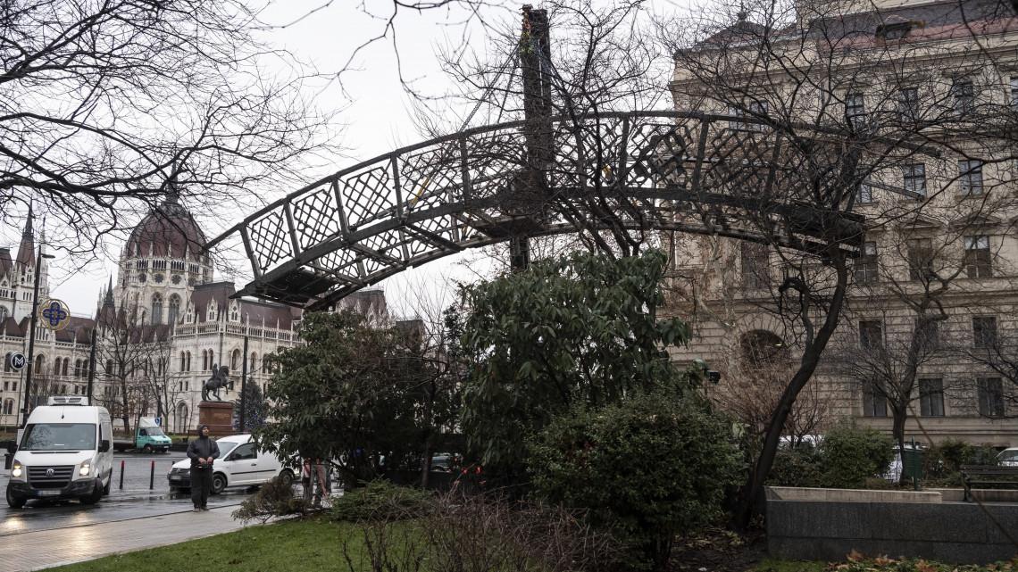 61aba5f5d3 A Nagy Imre-szobor elszállítása miatt tiltakoztak a budapesti Vértanúk terén