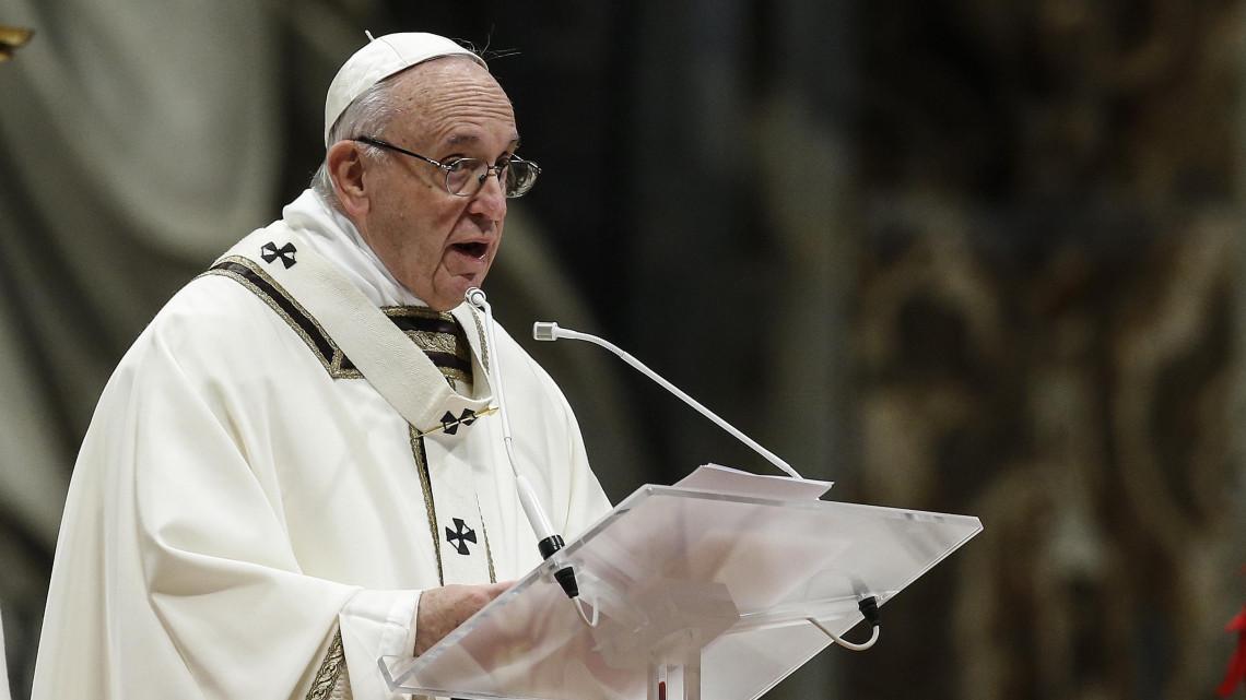 """Képtalálat a következőre: """"Szakadó esőben várják a csíksomlyói hegynyeregben Ferenc pápa érkezését"""""""