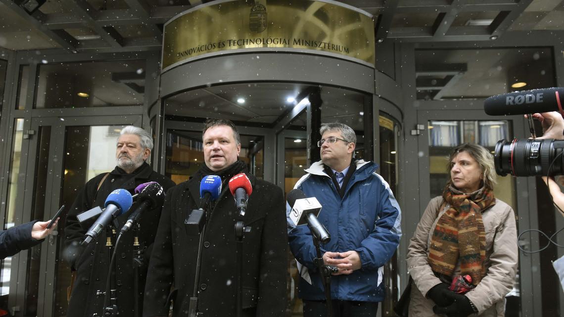 Lemond a szakszervezeti ernyő vezetője, belép a DK-ba