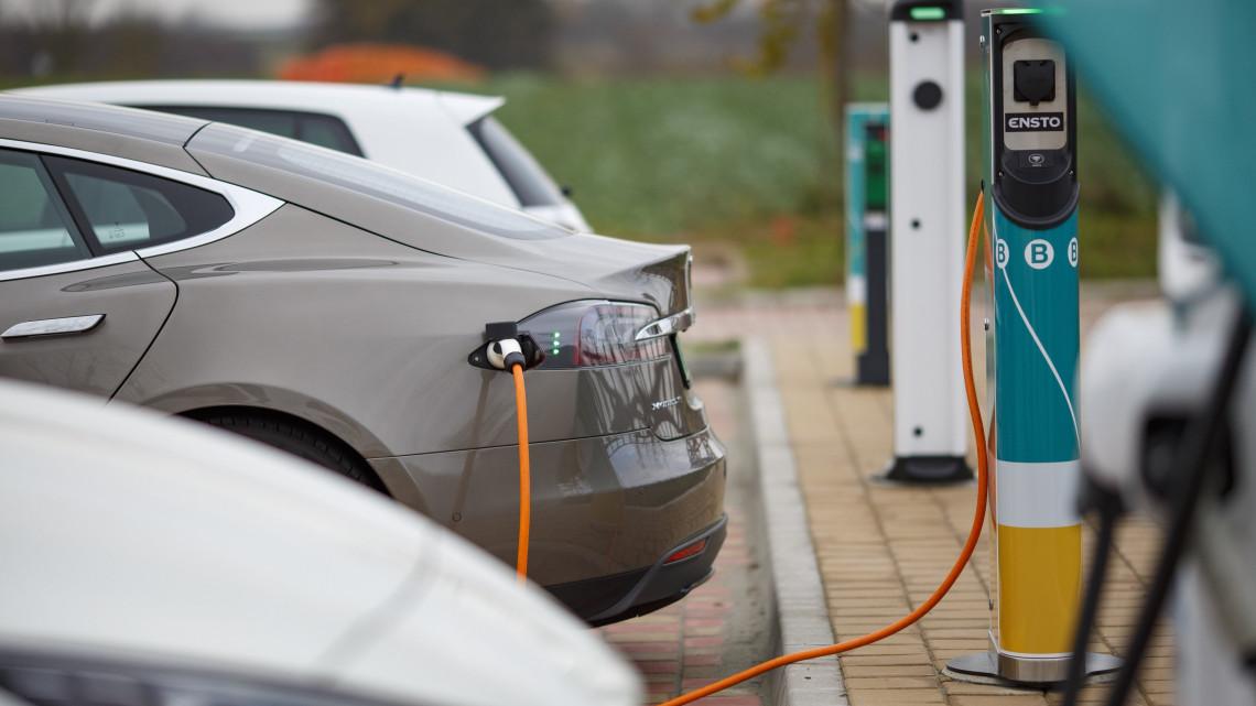 Tesla márkájú elektromos autót töltenek Magyarország legnagyobb, egyszerre kilenc elektromos autó fogadására alkalmas töltőállomásán a Nagykanizsához közeli Sormáson lévő István Fogadónál az átadás napján, 2018. november 28-án.