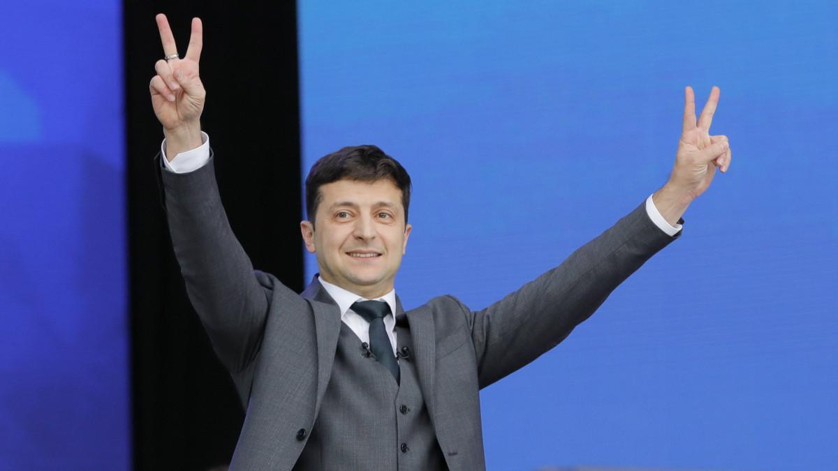 Kijev, 2019. április 19. Volodimir Zelenszkij ukrán komikus színész és elnökjelölt a második államfői mandátumára pályázó Petro Porosenko ukrán elnökkel folytatott nyilvános választási vitáján a kijevi Olimpiai Stadionban 2019. április 19-én, két nappal az ukrán elnökválasztás második fordulója előtt. MTI/AP/Vadim Ghirda