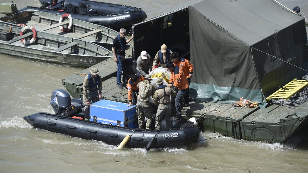 f43460d7220c Budapest, 2019. június 1. A dél-koreai és a magyar mentőegység tagjai