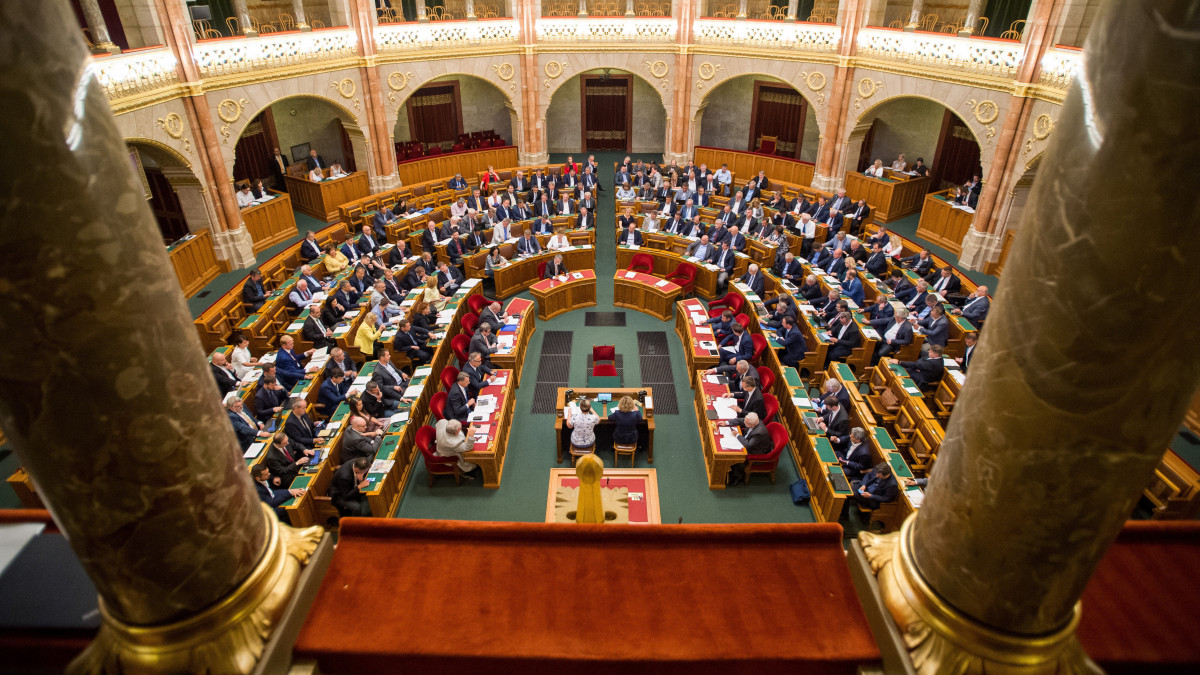 Budapest, 2019. július 8. Képviselők szavaznak a 2020. évi költségvetés módosítását célzó javaslatról az Országgyűlés plenáris ülésén 2019. július 8-án. MTI/Balogh Zoltán