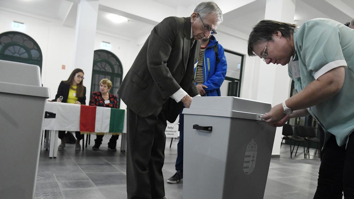 Budapest, 2019. október 13. Sütő-Nagy István a szavazókör elnöke és Nagy Judit szavazatszámláló bizottsági tag lezárja az urnát az önkormányzati választáson a XII. kerületi Zugligeti Általános Iskolában kialakított 53-as szavazókörben 2019. október 13-án. MTI/Koszticsák Szilárd