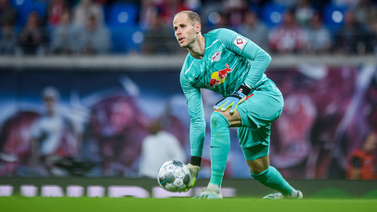 LEIPZIG, GERMANY - SEPTEMBER 14: Goalkeeper Peter Gulacsi of Leipzig throws the ball during the Bundesliga match between RB Leipzig and FC Bayern MĂźnchen at Red Bull Arena on September 14, 2019 in Leipzermanh. (Photo boto by Sebastian Widmann/Bundesliga/Bundesliga Collection via Getty Images)