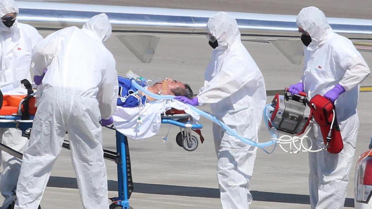 Új koronavírussal fertőzött beteget visznek repülőgéphez az észak-olaszországi Bergamo Orio al Serio repülőterén 2020. április 2-án. Bergamo a vírussal egyik leginkább sújtott város Lombardiában, a járvány olaszországi gócpontjában, ahonnan eddig harmincnégy fertőzöttet szállítottak kezelésre repülőgéppel Németországba.