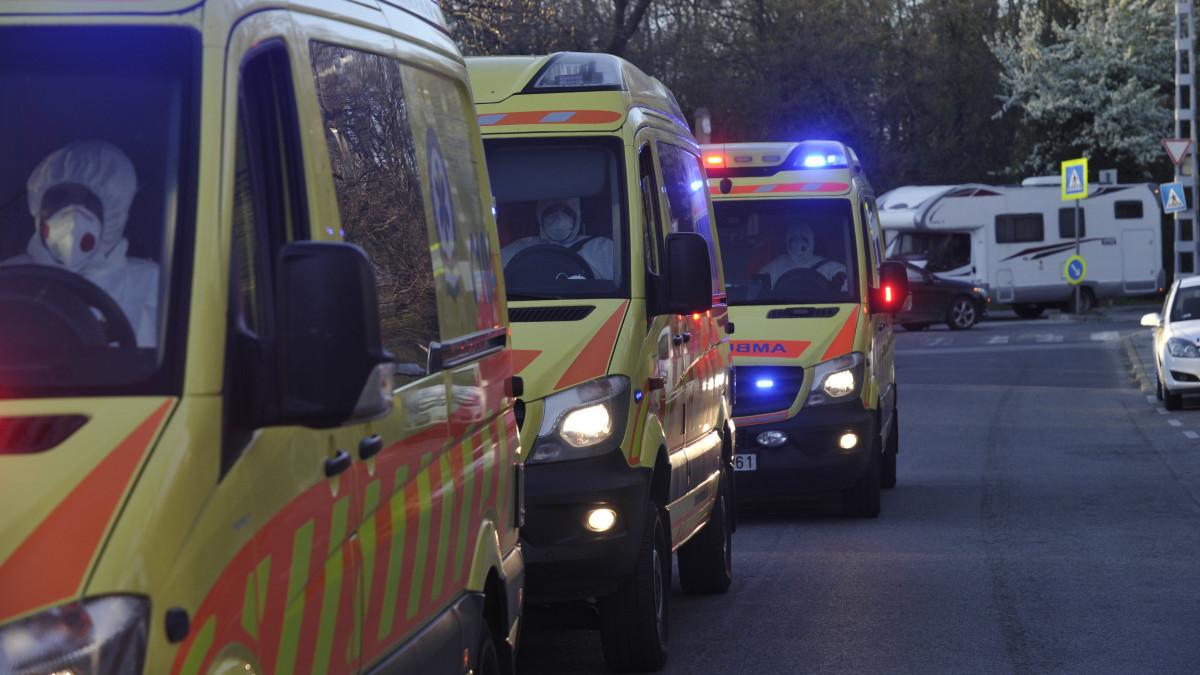 Mentőautók érkeznek a Pesti úti idősotthon lakóival az Országos Korányi Pulmonológiai Intézetbe 2020. április 9-én. Az otthonban több mint százan megfertőződtek, közülük öten meghaltak.