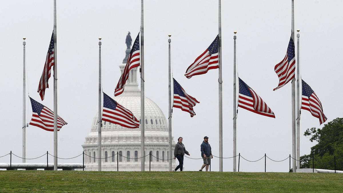 Félárbocra eresztették az amerikai zászlót a Washington-emlékmű lábánál, a Washington központjában elterülő National Mall parkban 2020. május 22-én. Donald Trump amerikai elnök elrendelte, hogy május 24-én napnyugtakor így emlékezzenek meg a koronavírus áldozatairól. Az Egyesült Államokban már madjnem százezer áldozata van a járványnak.