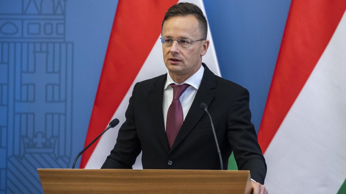 Szijjártó Péter külgazdasági és külügyminiszter beszédet mond a versenyképességi támogatásról szóló okiratok átadásán a minisztériumban 2020. június 3-án.