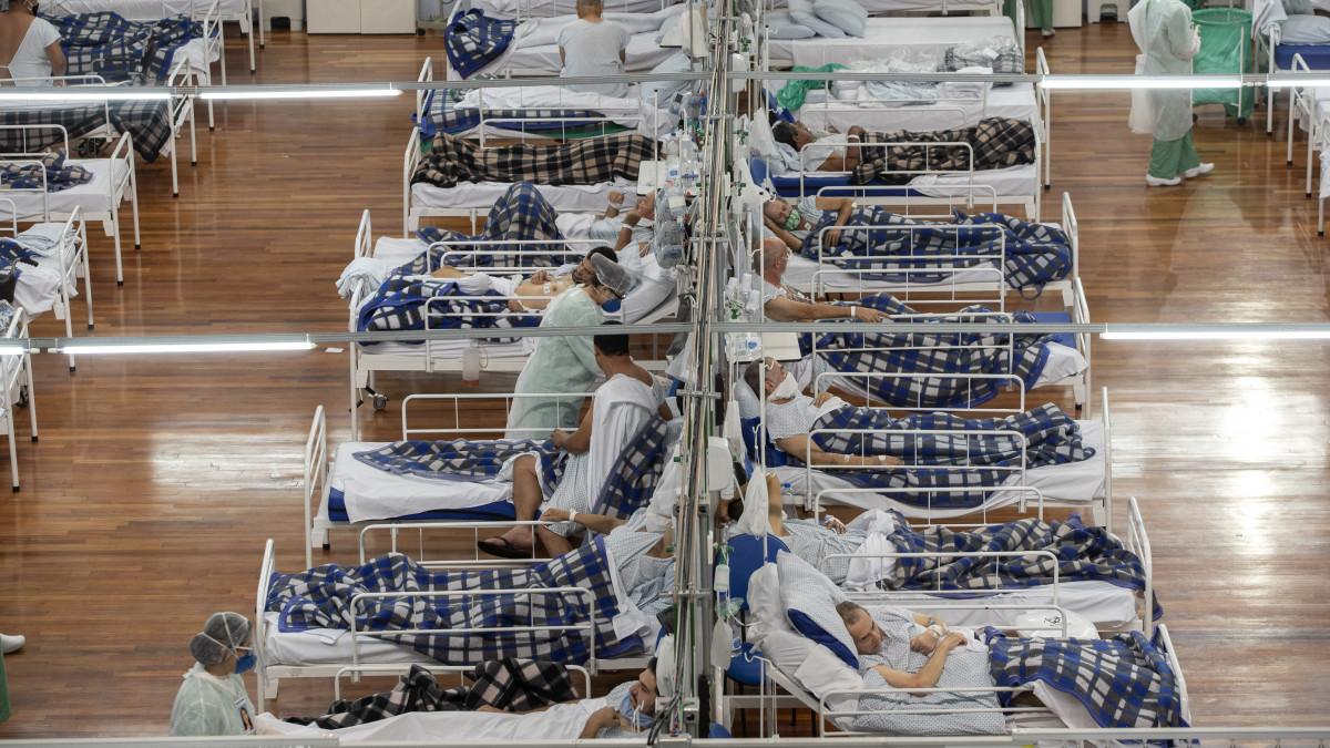 Koronavírussal fertőzött betegeket ápolnak egy tornateremben kialakított ideiglenes kórházban a brazíliai Santo Andréban 2020. június 9-én. Az Egyesült Államok után Brazíliában diagnosztizálták a legtöbb koronavírussal fertőzött személyt.